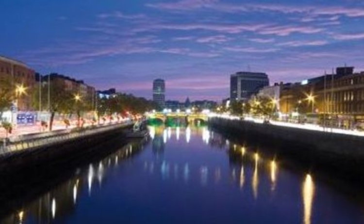 dublin-panaromic-view-down-lit-river-liffey-at-night