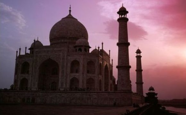 india-taj-mahal-against-pink-and-purple-sky-sunset